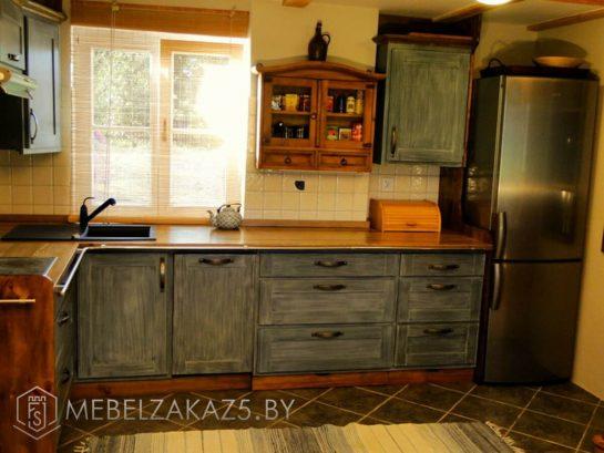 Угловая кухня небольшого размера из массива дерева