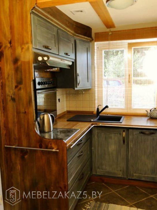 Угловая кухня небольшого размера из дерева