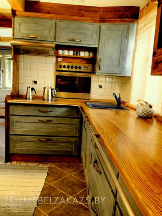 Угловая кухня небольшого размера из массива