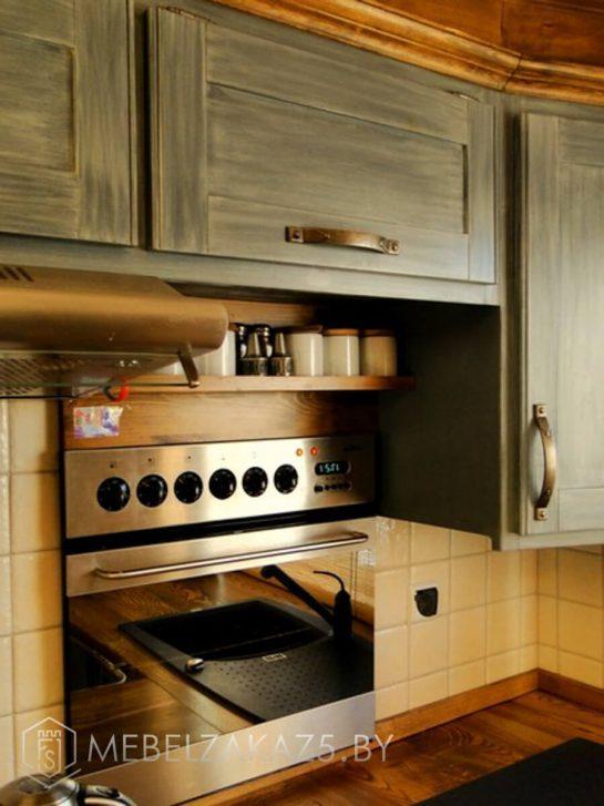 Небольшая угловая кухня из массива дерева