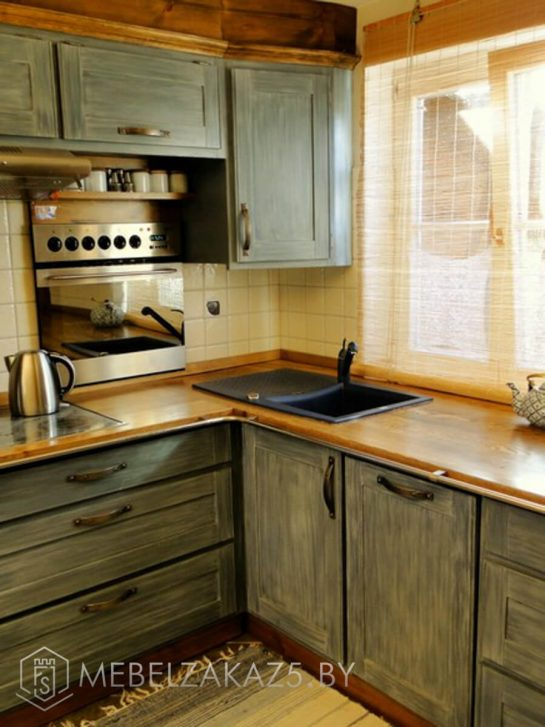 Небольшая угловая кухня из массива
