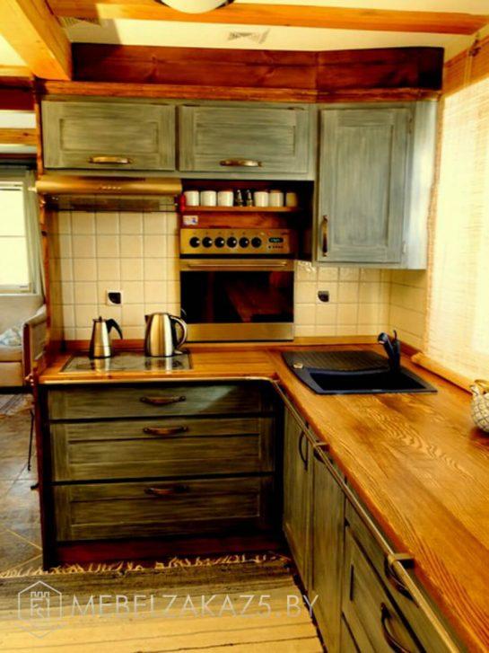 Небольшая деревянная угловая кухня