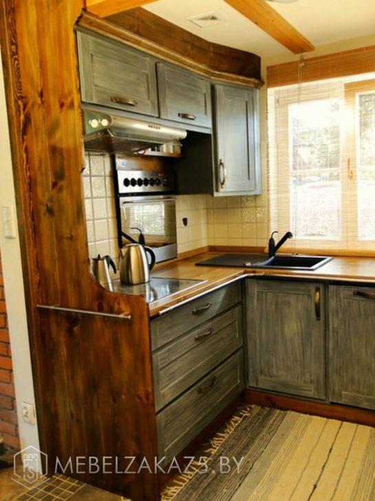 Небольшая угловая кухня из дерева