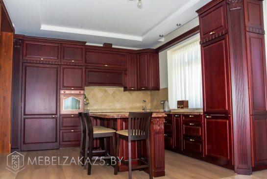 Классическая деревянная угловая кухня с островом