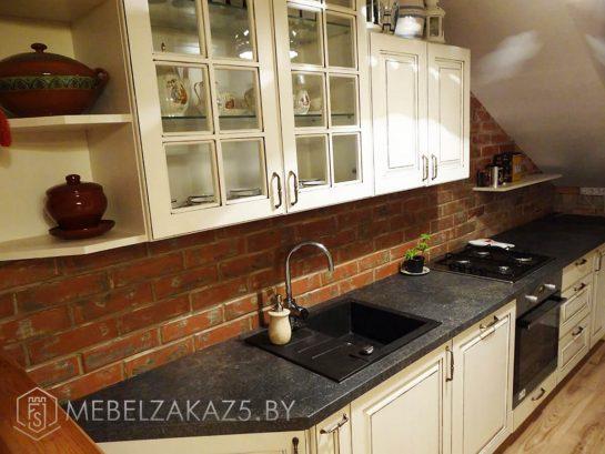 Классическая линейная кухня из крашенного мдф с черной столешницей