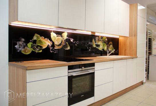 Линейная кухня из пластика со скинали