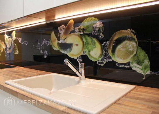 Линейная кухня из пластика в современном стиле со скинали