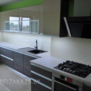 Линейная пластиковая кухня с матовыми фасадами в стиле модерн