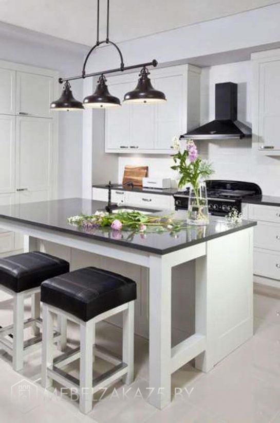 Современная линейная островная кухня
