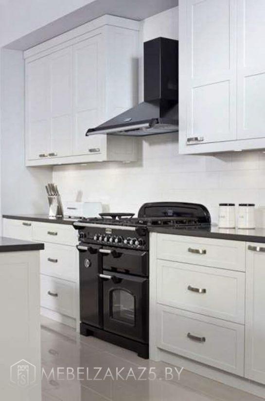 Прямая островная кухня в современном стиле