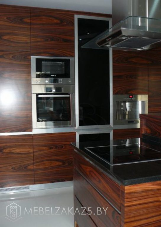 Линейная кухня с островом в стиле модерн