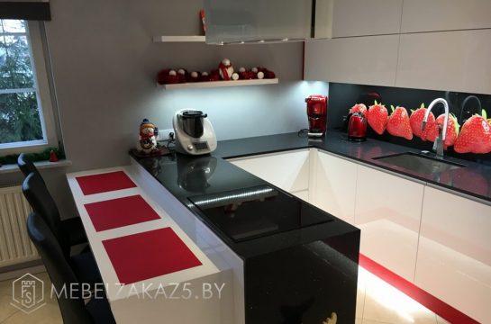 Ультрасовременная П-образная кухня из крашенного МДФ с подсветкой