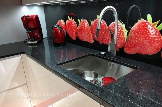 П-образная кухня из крашенного МДФ с черной столешницей