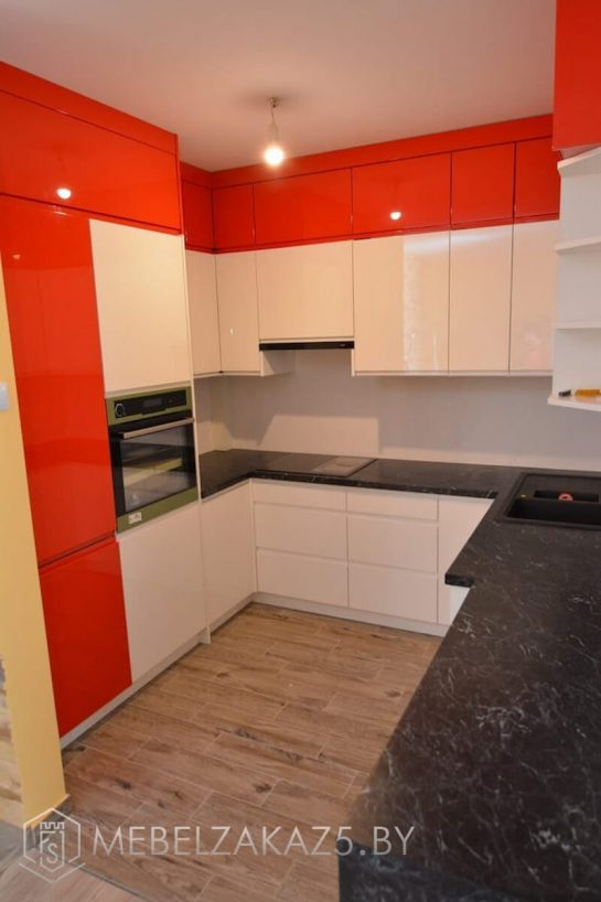 П-образная кухня из крашенного мдф с глянцевыми фасадами