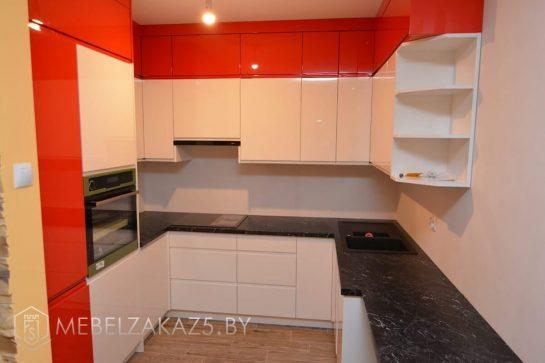 Глянцевая маленькая п образная кухня из крашенного мдф