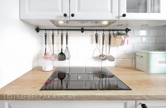 П-образная кухня со встроенной техникой в скандинавском стиле
