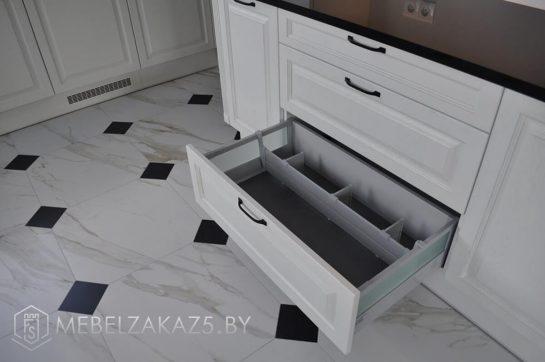 П-образная кухня в белом цвете в современном стиле