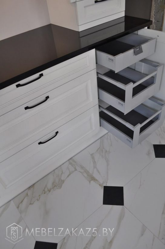 П-образная кухня белого цвета в современном стиле