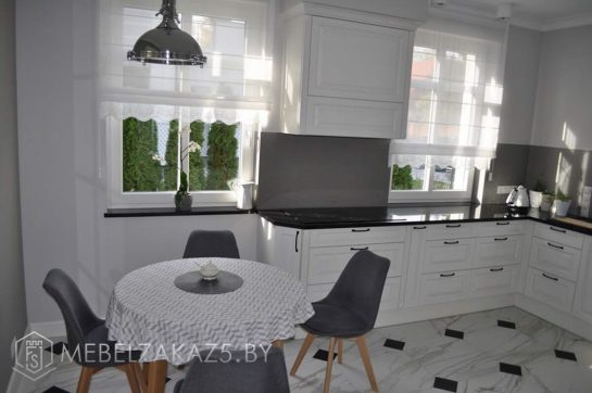 П-образная кухня в белом цвете