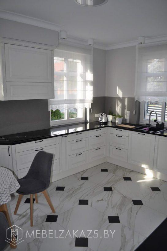 Современная п образная кухня белого цвета