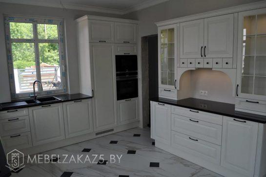 Современная кухня буквой п белого цвета