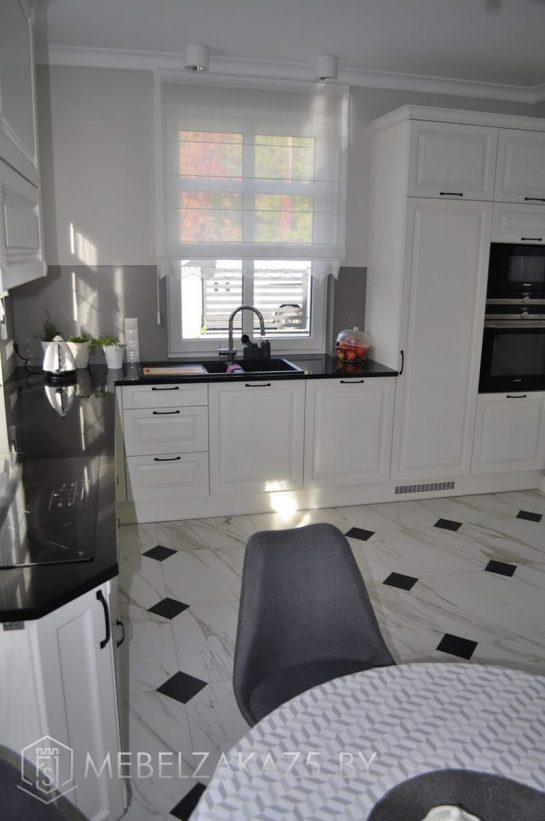 Современная белая п образная кухня
