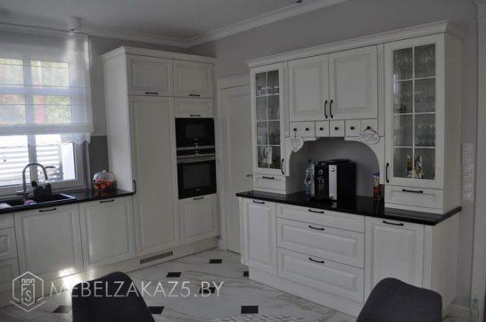 Современная белая кухня буквой п