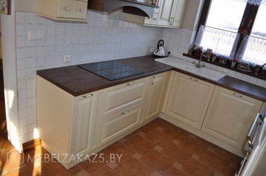П-образная кухня бежевого цвета с темной столешницей