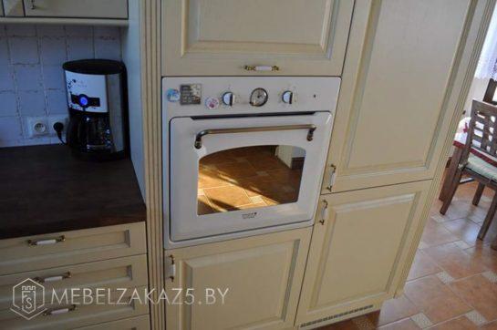 П-образная кухня бежевого цвета со встроенной техникой