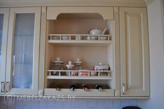 Бежевая п образная кухня в классическом стиле