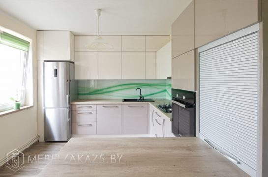 Современная двухцветная п образная кухня