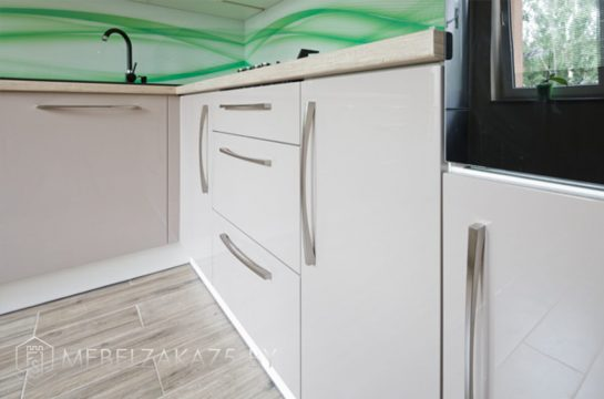 Двухцветная п образная глянцевая кухня