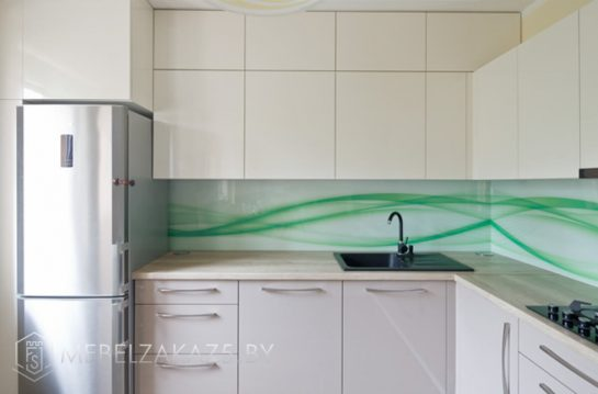 П образная двухцветная кухня с глянцевыми фасадами