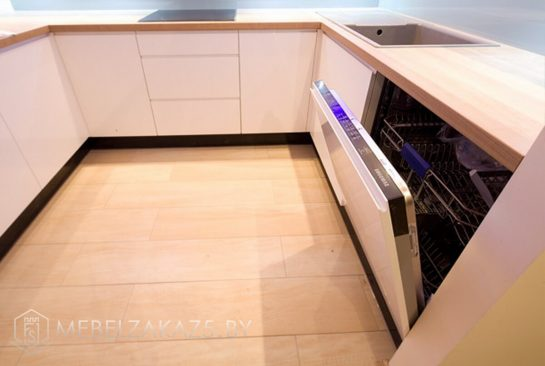 П-образная белая глянцевая кухня со встроенной техникой