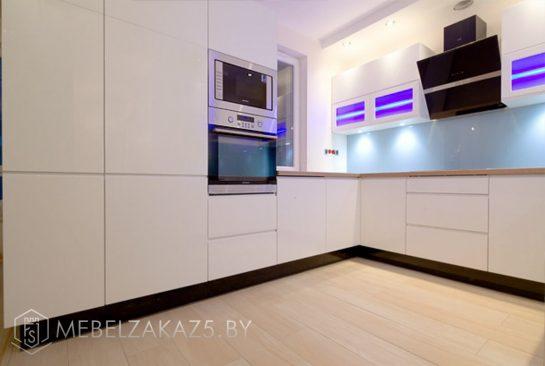 Ультрасовременная П-образная кухня белый глянец
