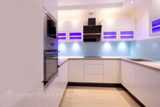 Ультрасовременная п образная кухня с подсветкой
