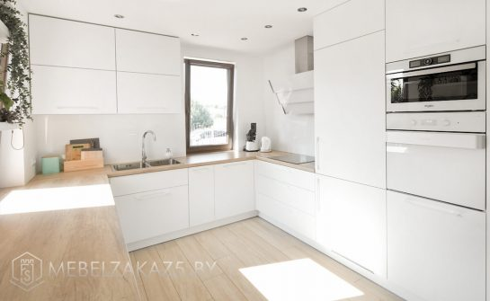 Белая п образная кухня в скандинавском стиле