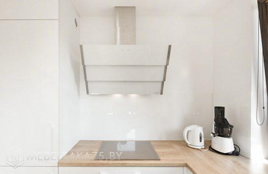 П-образная кухня белая со встроенной техникой