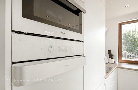 П-образная кухня в скандинавском стиле со встроенной техникой