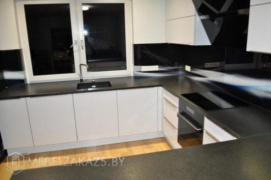 Белая П образная кухня в стиле минимализм