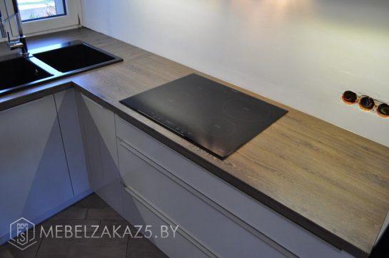 Компактная кухня буквой п в стиле хай тек с подсветкой и встроенной техникой