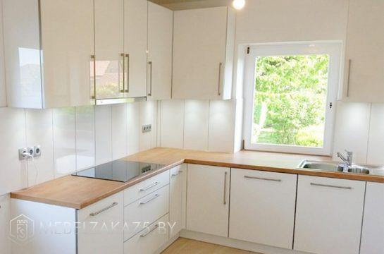 Современная светлая п образная кухня со встроенной техникой