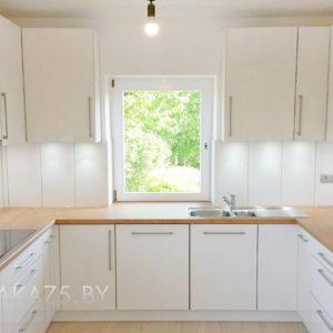 Современная светлая п образная кухня