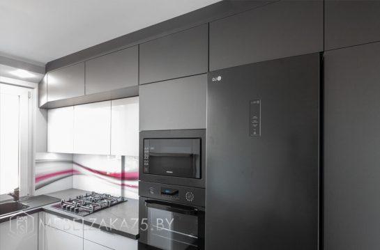 П-образная кухня из пластика в стиле хайтек со встроенной техникой