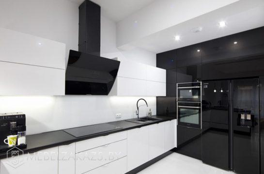 Ультрасовременная п образная кухня с глянцевыми фасадами черно белого цвета