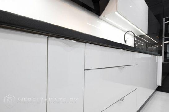 Глянцевая ультрасовременная п образная кухня