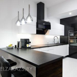 Ультрасовременная п-образная кухня черно белого цвета
