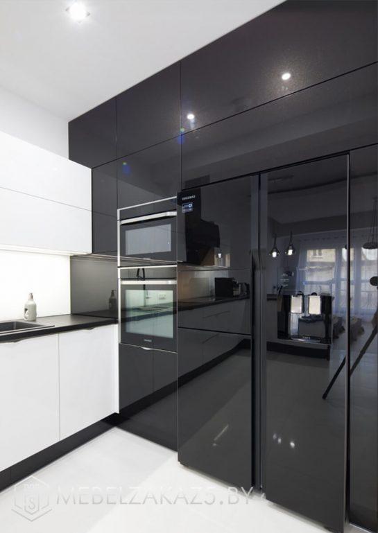 П-образная кухня черно-белая кухня с глянцевыми фасадами
