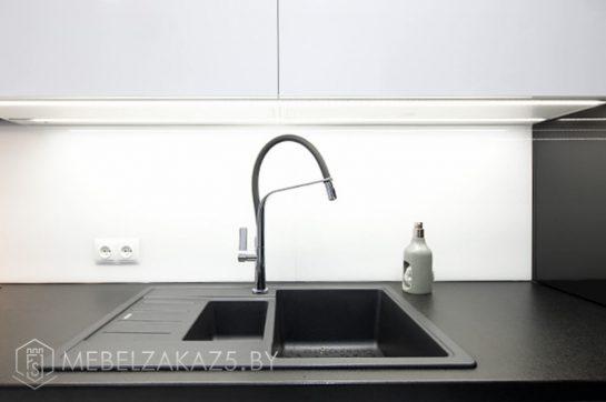 П-образная кухня в ультрасовременном стиле черно белого цвета