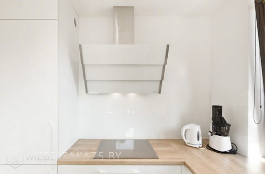 П-образная кухня кухня с пластиковыми фасадами в скандинавском стиле